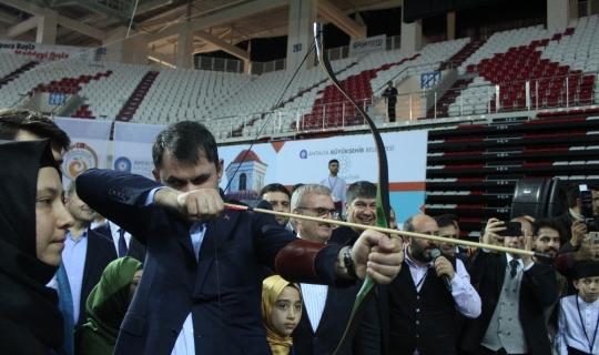 Bakan Kurum, Antalya'da ok attı