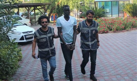 Kemer'de alkol alıp 3 kişiyi yaralayan Sudanlı saldırgan, taciz iddialarından beraat etti