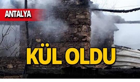 Antalya'da ahşap ev yandı!