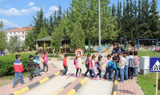 Çocuklara uygulamalı trafik eğitimi devam ediyor
