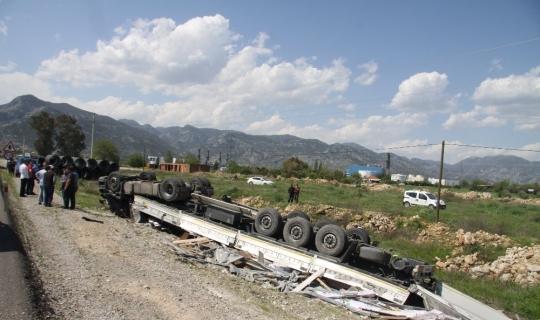 Parke yüklü tır devrildi, sürücü ağır yaralandı