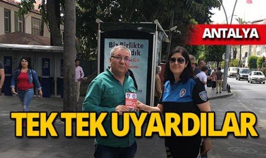 Antalya'da araçların camlarına bıraktılar!