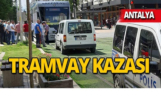 Antalya'da otomobil tramvaya çarptı!