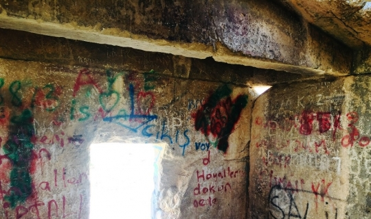 2500 yıllık anıt mezar, vandalizm duvarına döndü