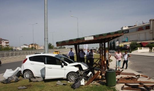 Kontrolden çıkan otomobil taksi durağına daldı
