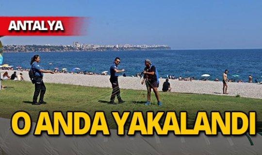 Polis engeline takılan gence turistten terleten soru!