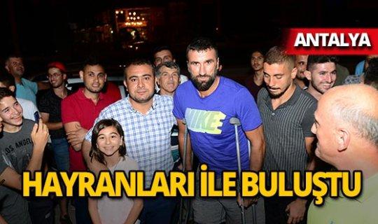 Survivor yarışmacısı Antalya'da hayranlarıyla buluştu