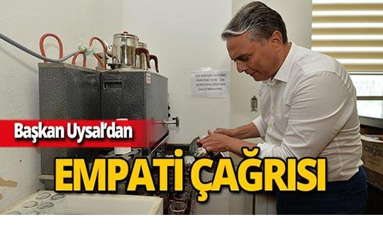 Başkan Uysal çay servisi yaptı