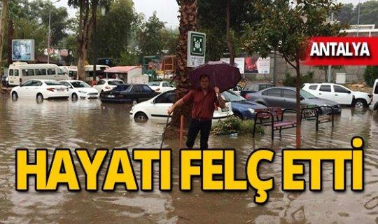 Antalya'da kuvvetli yağış hayatı felç etti