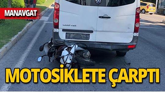 Motosiklet minibüsün altında kaldı!