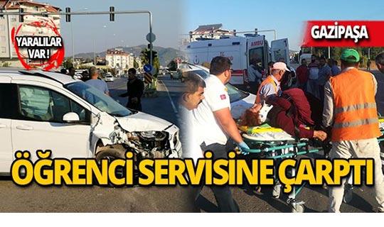 Otomobil öğrenci servisine çarptı: Yaralılar var!