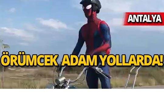"""Karayolundaki motosikletli """"örümcek adam"""" görenleri şaşırttı"""