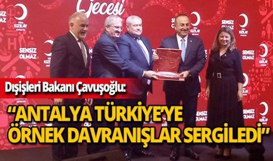 Bakan Çavuşoğlu 'Kızılay Dostları' gecesine katıldı