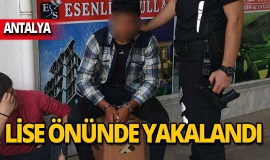 Polis Alanya Lisesi önünde yakaladı!