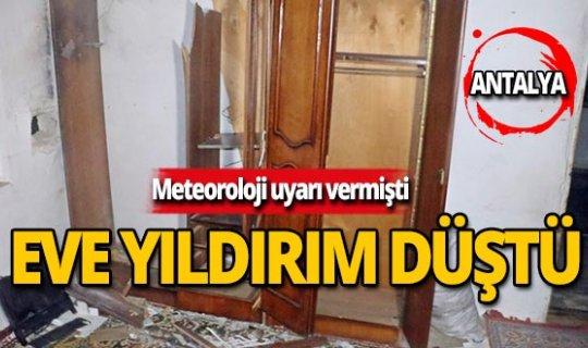 Antalya'da bir evin çatısına yıldırım düştü!