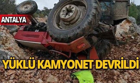 Zeytin yüklü traktör devrildi!