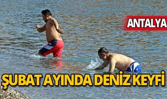 Yurt geneli beyaza bürünürken Antalyalılar denizde!