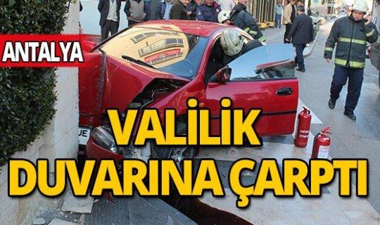 Antalya'da otomobille valilik duvarına çarpan kadın gözyaşlarına boğuldu