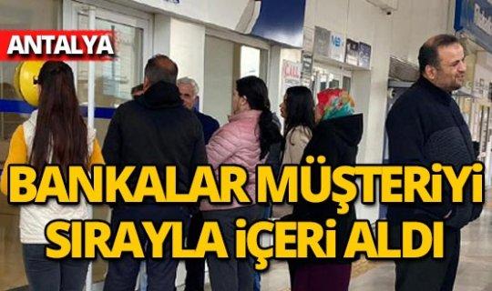 Antalya'daki bankalarda corona sırası oluşturuldu