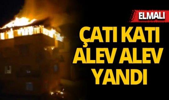 Antalya'da üç katlı evin çatısı alev alev yandı