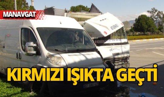 Manavgat'ta ışık ihlali kazası: 3 yaralı