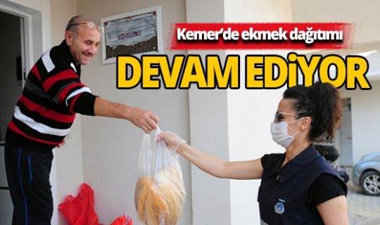 Kemer Belediyesi kapı kapı dolaşıp ekmek dağıtıyor