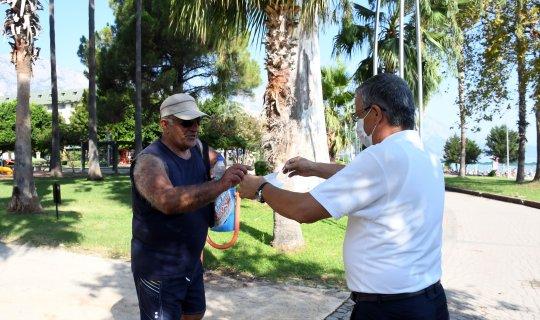 Antalya haber: Başkan Topaloğlu yerli ve yabancı vatandaşlara maske dağıttı