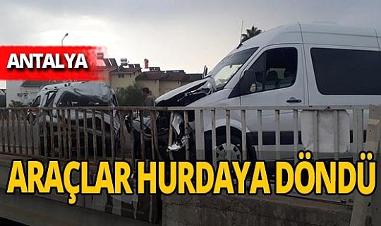 Antalya'da kavşakta kaza! Otomobil sürücüsü yaralandı