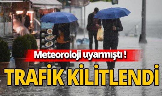 Sağanak yağış hayatı felç etti! Trafik kilitlendi