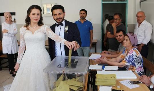 Gelinliği ile oy kullandı