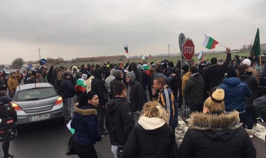 Bulgaristan'da protestocular Türkiye sınırına giden yolları kapattı