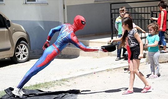 Antalyalı 'Örümcek Adam'dan çocuklara bayram şekeri