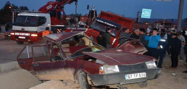 Antalya'da kamyonla otomobil çarpıştı