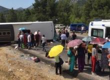 Akseki'de tur otobüsü 2 otomobille çarpıştı