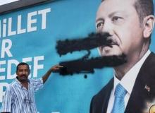 Antalya'da Cumhurbaşkanı Erdoğan'ın afişine boyalı saldırı