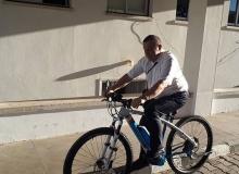 Dövizdeki artış nedeniyle makam aracını bırakıp 23 bin TL'lik bisiklet aldı