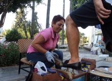 Antalya'da bir anne kızını okutabilmek için ayakkabı boyacılığı yapıyor