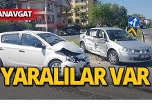 Manavgat'ta feci kaza : 2 otomobil çarpıştı!