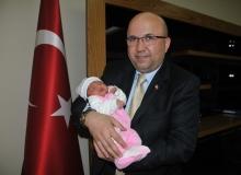 Afyonkarahisar'da yeni doğan bebeklere 'fahri hemşehrilik' beratı