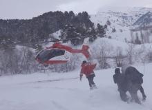 Ambulans helikopter karlı bölgedeki hasta için havalandı