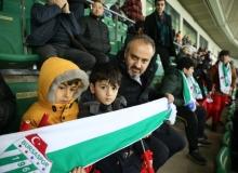 Başkan maçı Nusaybinli çocuklarla izledi