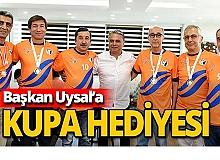 Şampiyonluk Kupası Başkan Uysal'a armağan edildi