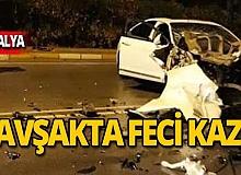 Servis aracı otomobille çarpıştı