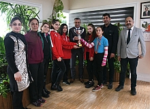 Şampiyon badmintonculardan başkan Topaloğlu'na ziyaret