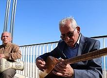 Sokak müzisyeni Recai ve Zekai kardeşler Konyaaltı sahiline neşe kattı.