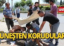 Antalya haber: Kaza yapan yaralıyı güneşten branda ve şemsiye ile korudular