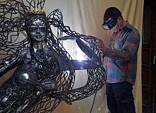 Hurda parçalardan oluşan 400 kiloluk heykel