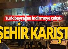Türk bayrağını indirmeye çalışan kişiye linç girişimi