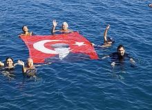Kadınlar 'Cumhuriyet'i denizde bayrak açıp kutladı