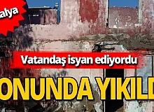 Muratpaşa'da 2 metruk bina yıkıldı